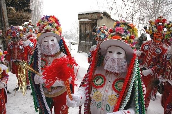Знатоки зрелищных мероприятий не пропустят февральский карнавал, проходящий в городах Аоста, Веррес и Грессоней
