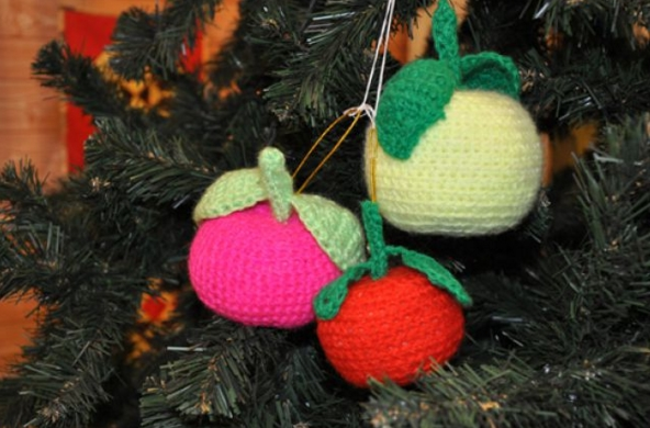 А вот яблоки, украшающие лесную красавицу, являются символом плодородия в наступающем году