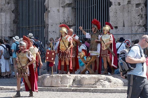 Вокруг Колизея, Форумов и нескольких памятников в центре столицы стоят гладиаторы
