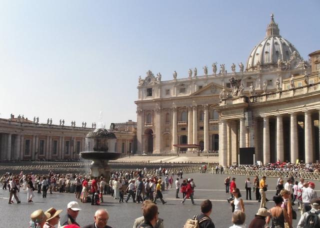 В церковь, особенно в Ватикане, нельзя заходить в открытых одеждах