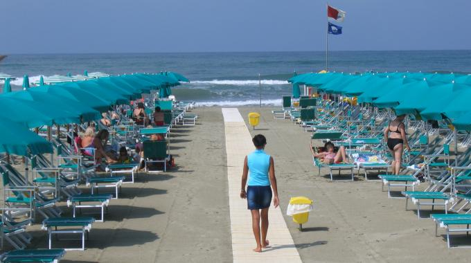 многие итальянские пляжи отмечены специальным знаком качества – «Голубым флагом»
