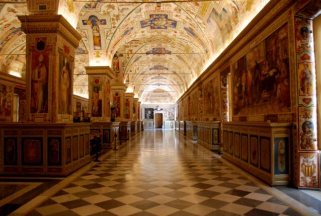 Ватикан - Здесь вы увидите библиотеку со старинным текстом Евангелия и пинакотеку с творениями Тициана и да Винчи