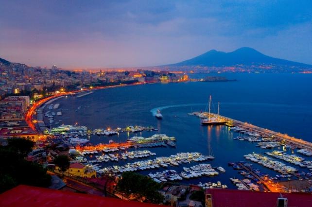Неаполь являет собой крупный город, который расположился на юге Италии