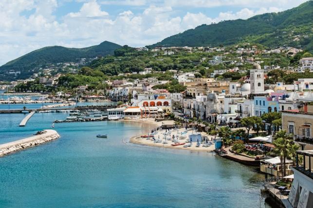 Искья является самым большим островом в Неаполитанском заливе