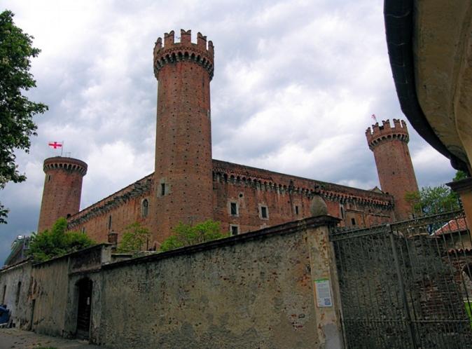 Регион Канавезе с городом Иврея, в котором стоит увидеть замок с характерными круглыми башнями в углах