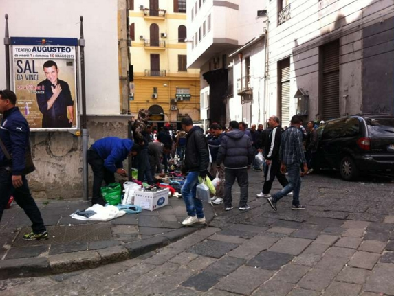 Неаполь, тут вы увидите контрабандистов прямо на улице, бамбини и рагацци, гуляки, услышите шипящие звуки диалекта местных жителей, множество пороков и святость