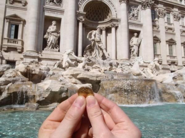бросить одну монету в фонтан Треви