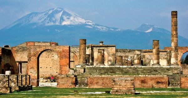руинам уничтоженного вулканом города Помпеи