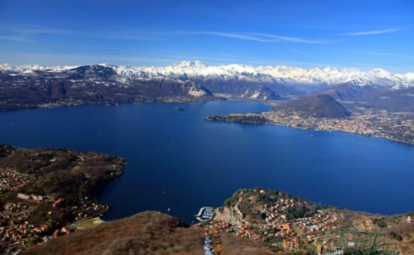 Небольшие города на берегу озера Lago Maggiore, Италия