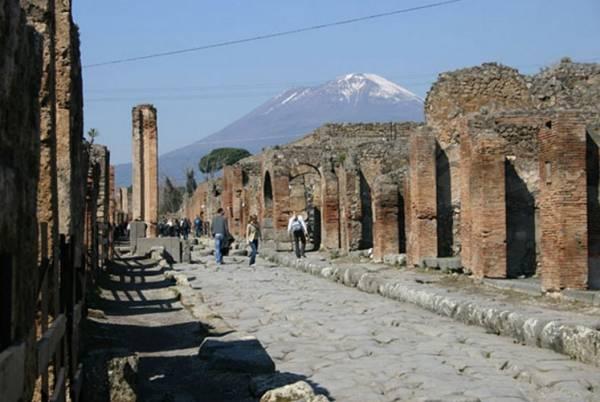 посетить печально известный город Помпеи