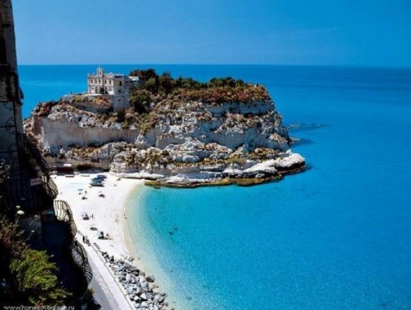 Средиземное море принимает в свои объятия одиннадцать европейских стра
