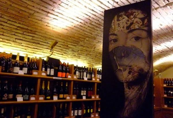 В энотеке собраны превосходные вина – более 800 марок