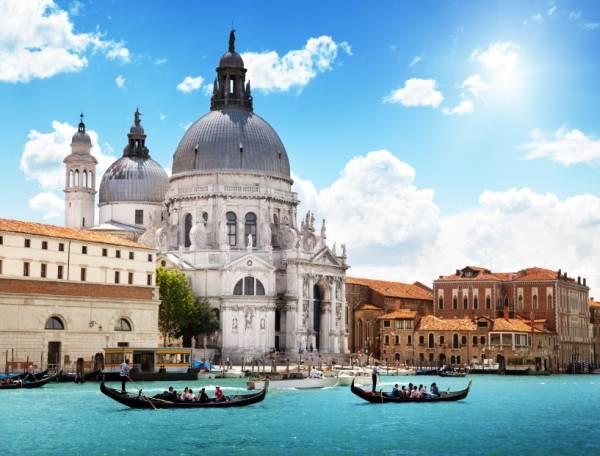 В основном туристы направляются в Италию