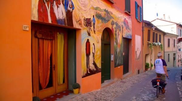 Доцца знаменит еще и тем, что дома города – это картины