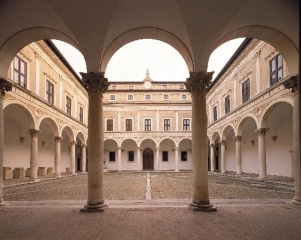Именно в Урбино находится Высший институт художественного промысла