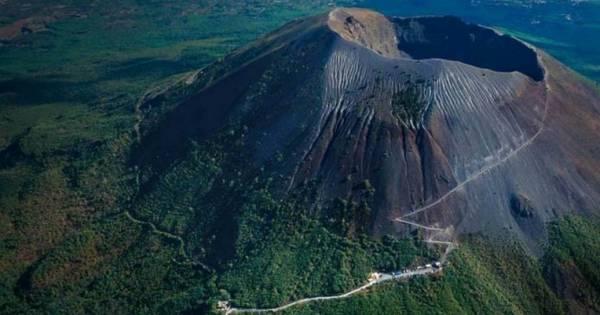 от Помпеи расположился легендарный вулкан Везувий