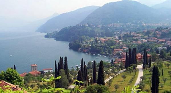 Вдоль берегов озера есть много общественных мест для купания