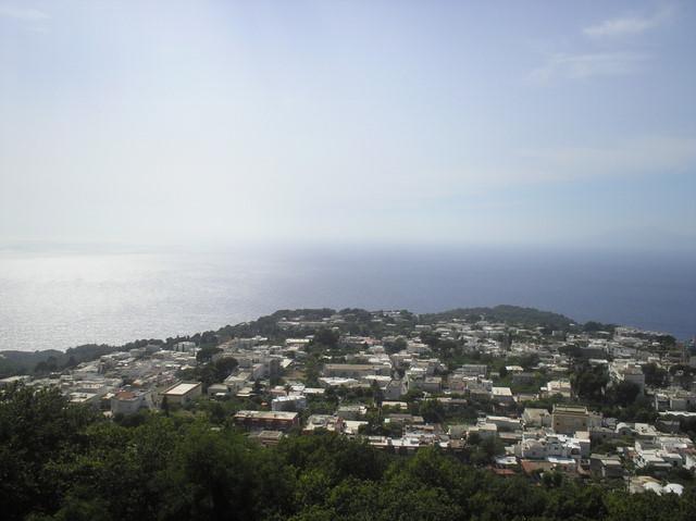 В нижней части острова примостился городок Анакапри