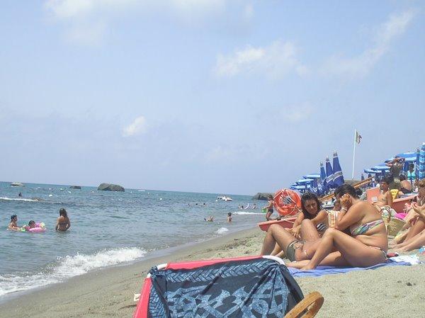 здесь на острове Искья даже песок на пляже платный
