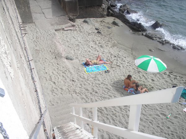Миниатюрный пляжик у отеля