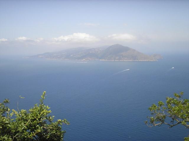 Вдалеке виднеется полуостров Сорренто