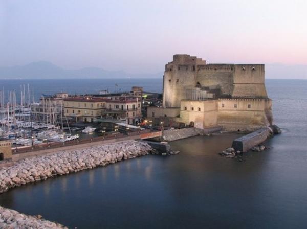 еще один древний замок Неаполя Кастель-дель-Ово.