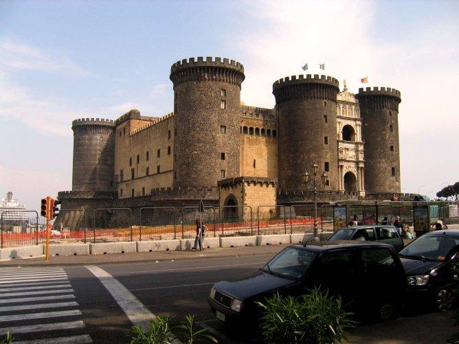 Возле порта Неаполя вы увидите замок Кастель-Нуово