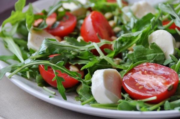 Салат рукола можно есть сырым, добавлять в салаты и супы