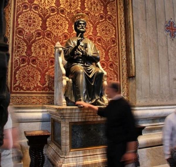 величественная бронзовая фигура Святого Петра
