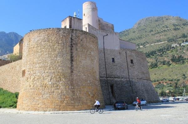 Основная туристическая забава в городе замок XVII века
